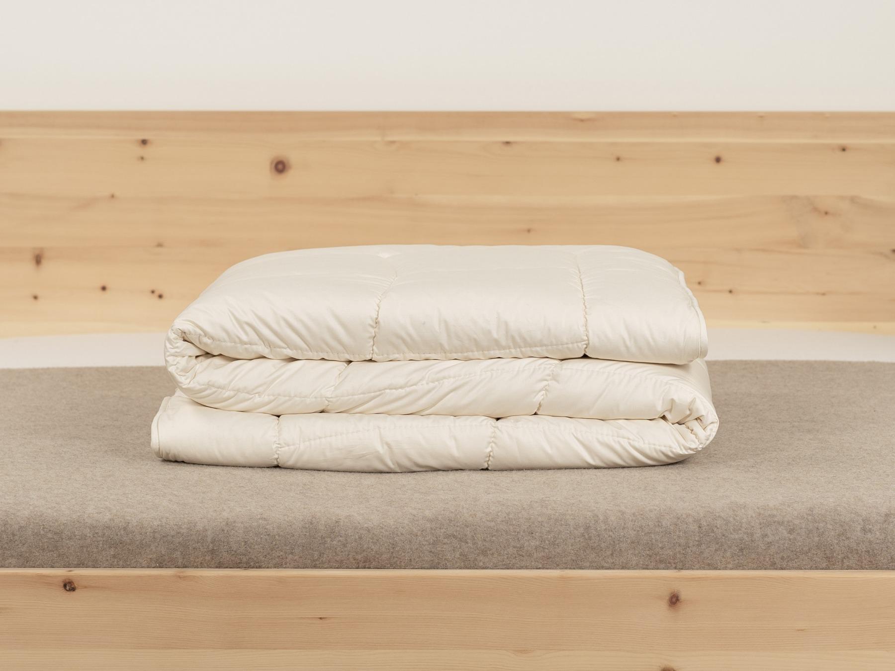 Mit der Duo-Bettdecke kommen Sie kuschelig durch die kalte Jahreszeit.