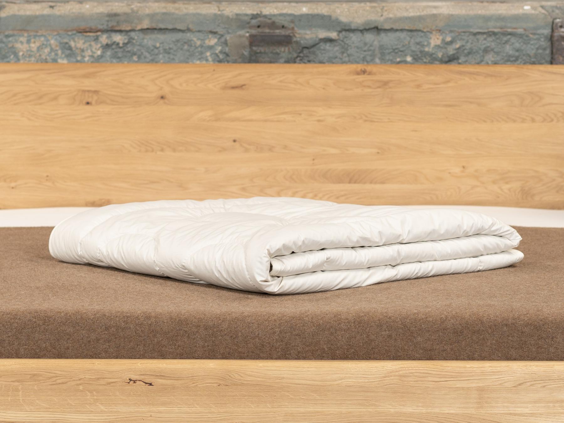 Die atmungsaktive Sommerbettdecke ist der perfekte leichte Überwurf für den Sommer.