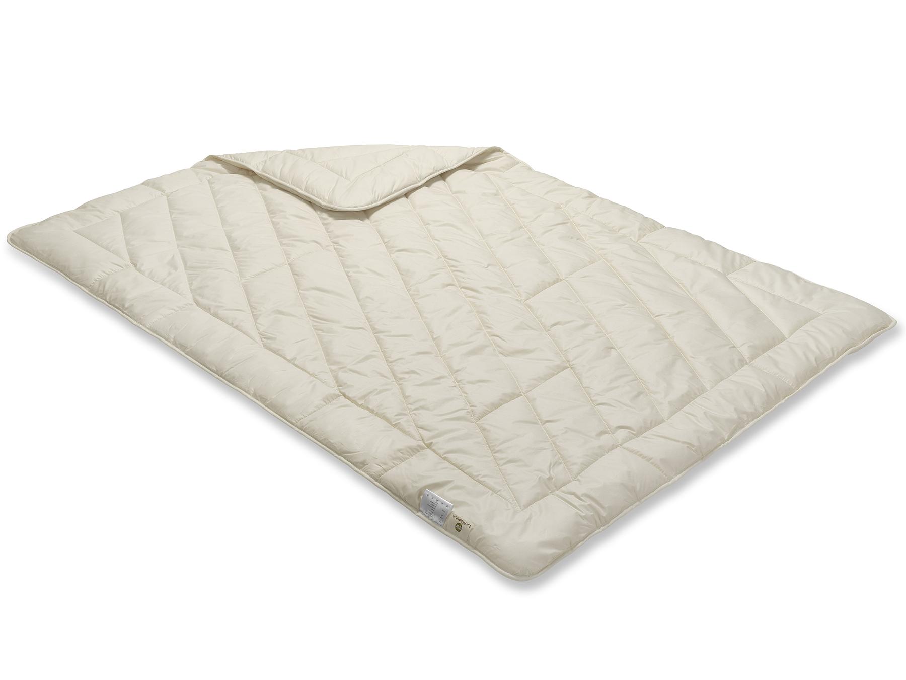 Die Decke schimmert wegen des weißen Füllstoffes cremig und wird sorgfältig mit der Einnadeltechnik hergestellt.