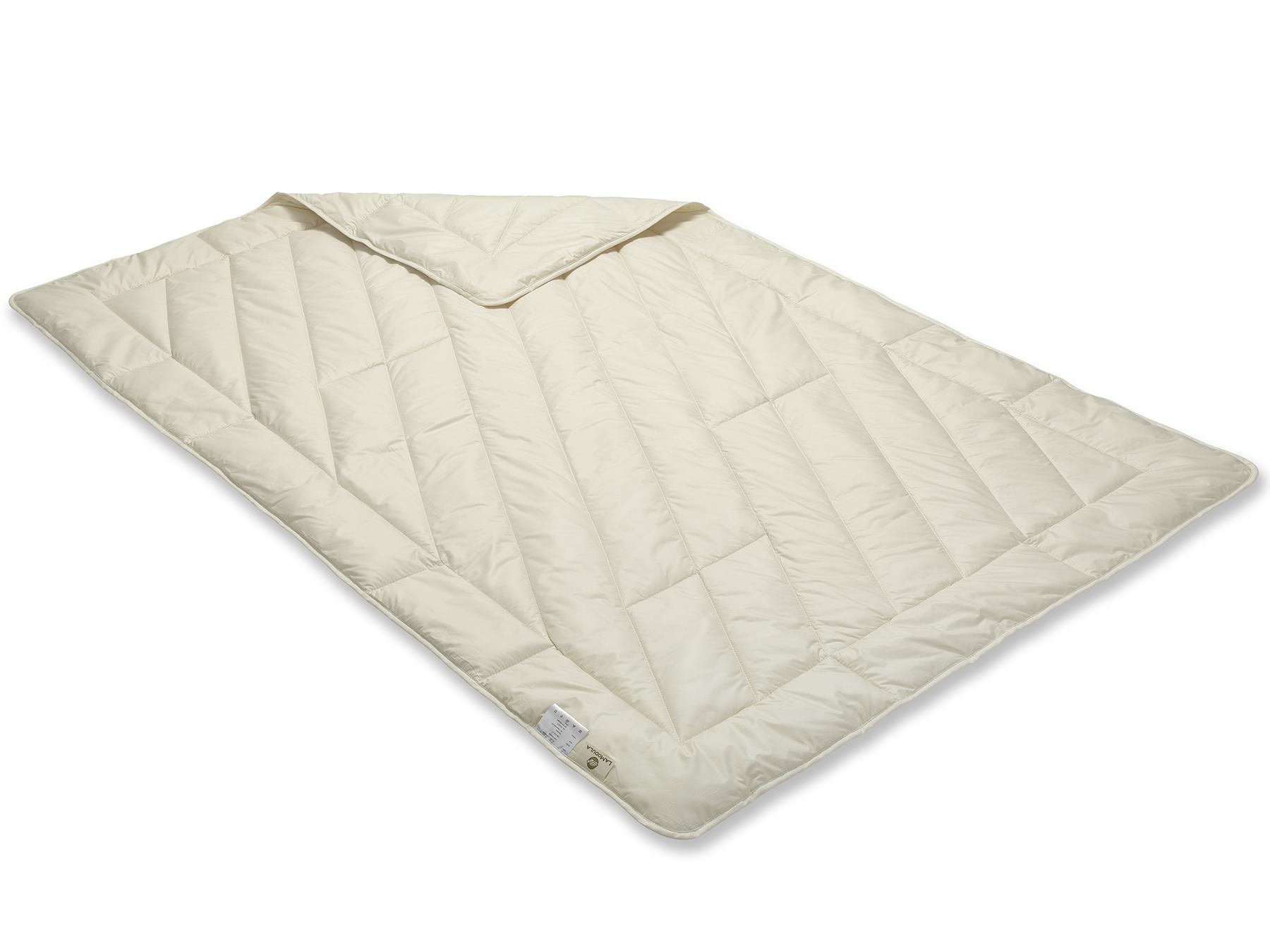 Die Decke wird mit der Einnadeltechnik hergestellt und schimmert durch das weiße Füllmaterial cremig.