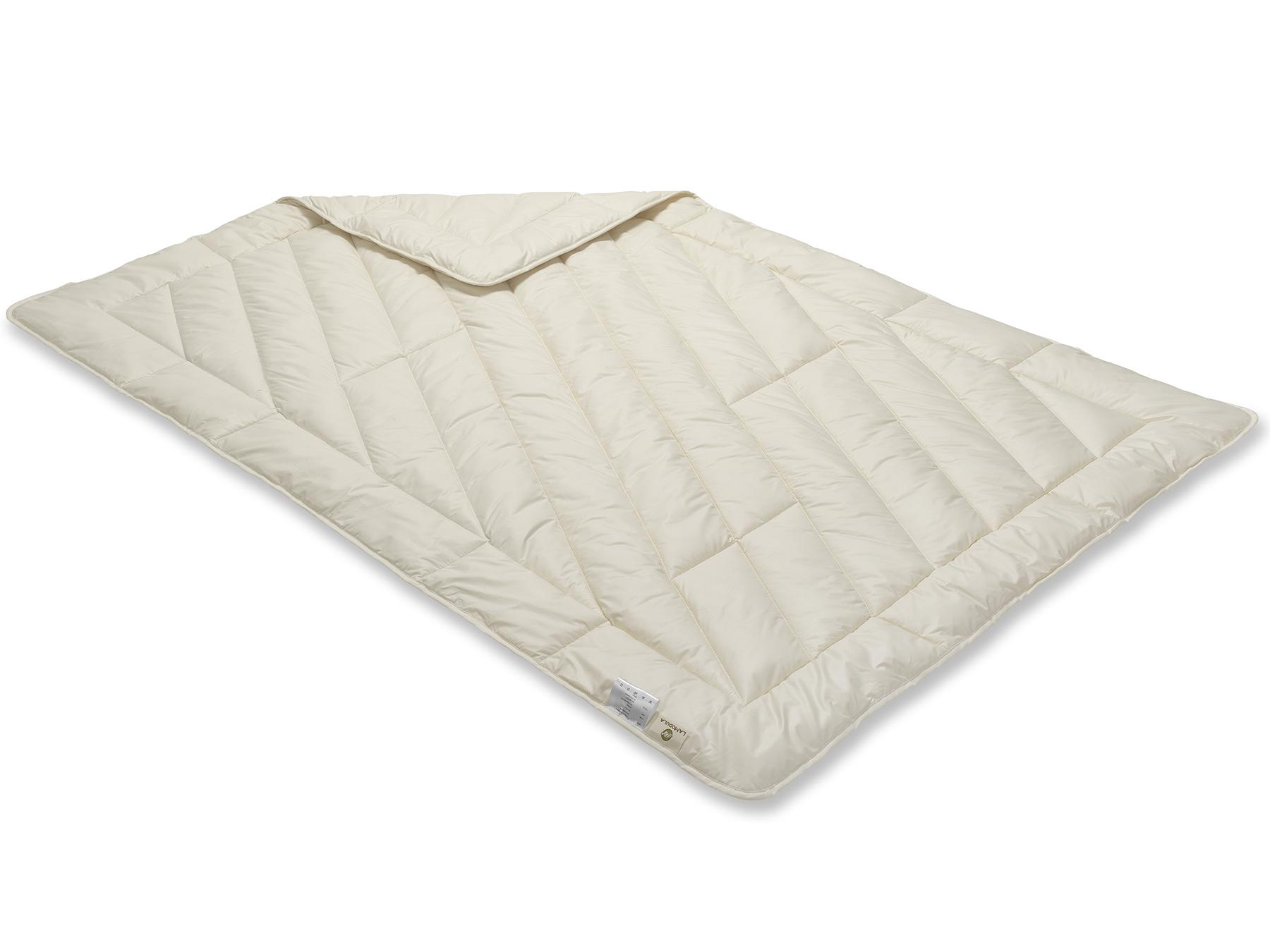 Diese Decke wird sorgfältig mit der Einnadeltechnik hergestellt und schimmert aufgrund der weißen Füllung cremig.