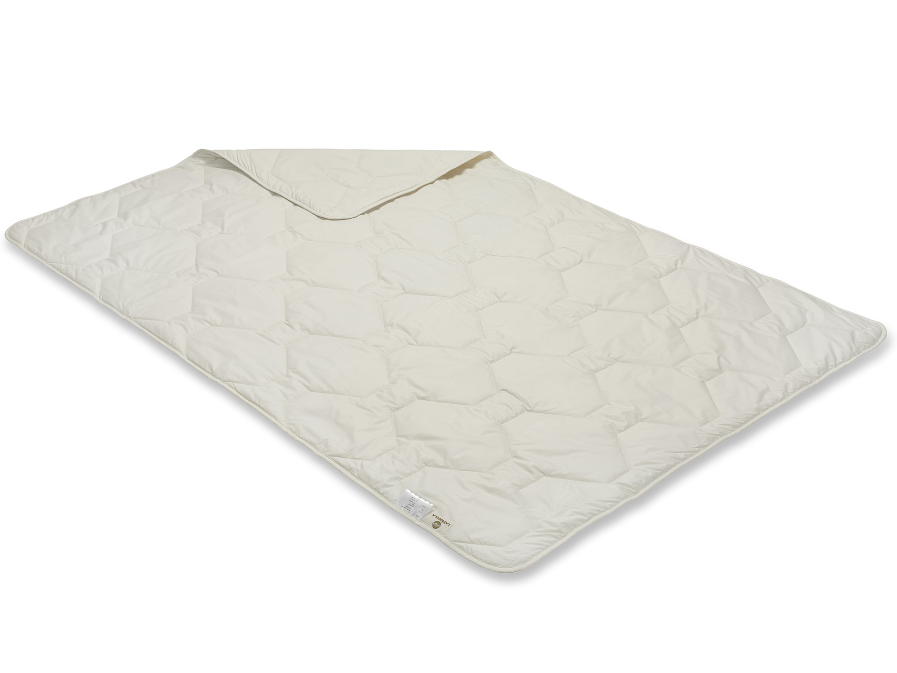 Durch die Herstellung mit Vielnadeltechnik entsteht ein gleichmäßiges Muster. Die Decke schimmert cremig.