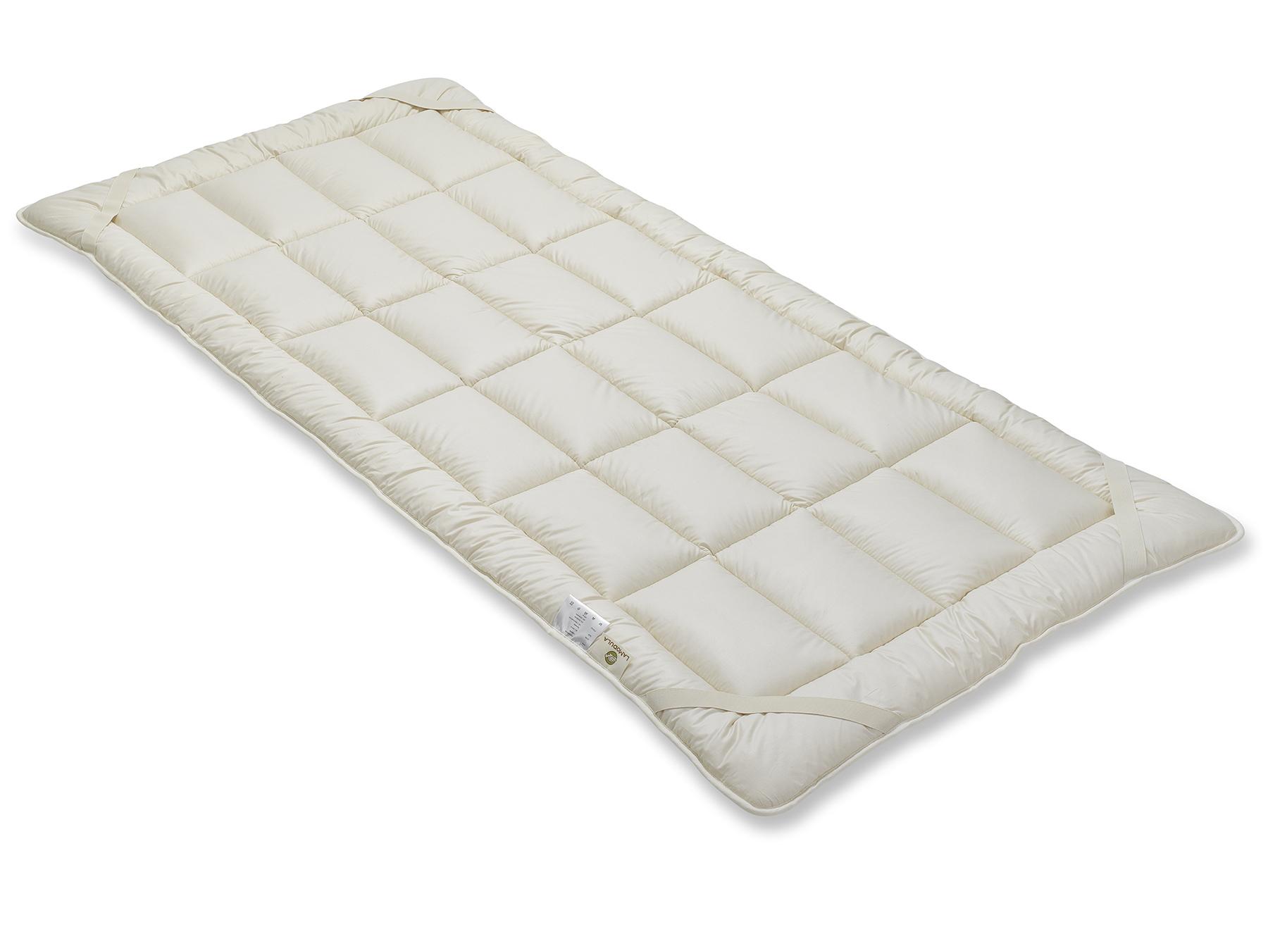 Mit vier praktischen Schräggummibändern wird das Unterbett an der Matratze befestigt.