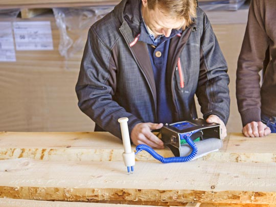 Feuchtigkeitsmessung beim Zirbenholz