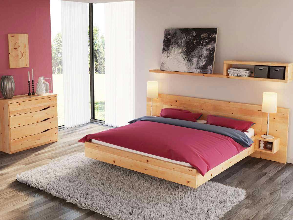 Schlafzimmer mit Zirbenbett, Nachtkästchen und Zirbenkommode